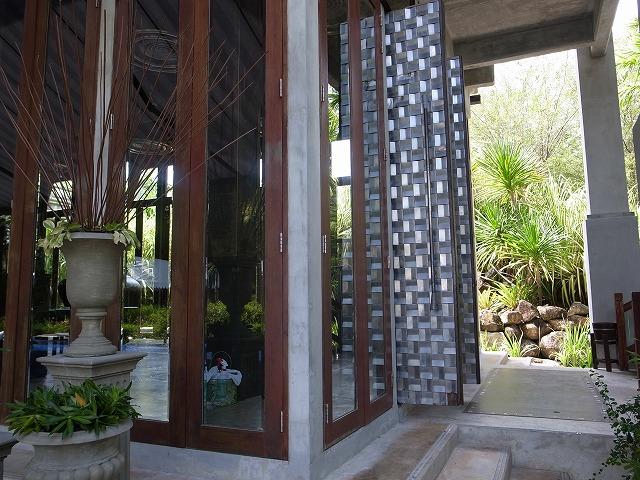 <p>入り口の大きな扉にもスズが使われています</p>