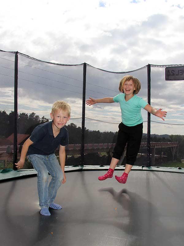 Kastanienhof Selz - Kinder auf dem Trampolin