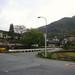 バス停「宮野温泉」→紅花舎 002 バス停「宮野温泉」から見た景色。紅花舎の案内板が白と夏みかん色のガードレールの間に見えます。ちなみに、この夏みかん色のガードレールは、山口県特有で、萩の夏みかんの色だそうです。