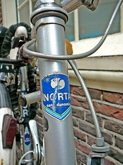 Norta Aerodynamic transfer (decal, décalco), Amsterdam, Sint Jacobsstraat, 12-2011 (Jacques Mounnezergues) Tags: street people urban classic amsterdam bicycle vintage candid streetphotography sint streetlife streetscene singlespeed fixie fixedgear spotted decal transfer rue marques decals vélo fiets trackbike streetshot straat marque vintagebicycle aerodynamic transfers stadsarchief instantané racingbicycle racefiets gespot scènesderue straatfotografie croisé straatleven straatfoto classicbicycle trackbicycle straatscene norta décalcomanie décalcomanies jacobsstraat pignonfixe baanfiets oudefiets doortrapper décalco vélodepiste vintageracingbicycle véloancien vélocourse photodanslarue vélocourseancien ouderacefiets classicracingbicycle prisdanslarue stratenvanamsterdam inthestreetsofamsterdam vélocoursetraditionnel décalcos traditionalracingbicycle balhoofdsticker