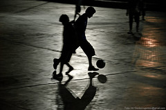 Futbol nocturno (Uri Gordon) Tags: boy argentina night ball noche football buenosaires child  chico futbol nio pelota