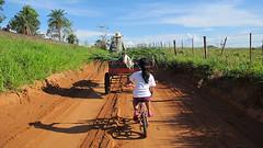 (Lucille Kanzawa) Tags: man girl bike way ellen francisco shadows child oldman bicicleta dirtroad criança menina homem sombras carroça caminho estradadeterra cartload