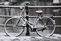 Amsterdam: snowy bike (Amsterdam RAIL) Tags: bridge amsterdam bike bicycle canal brug fahrrad fiets girlsbike gracht stadsarchief damesfiets rijwiel ladiesbike alltypesoftransport amsterdamrail