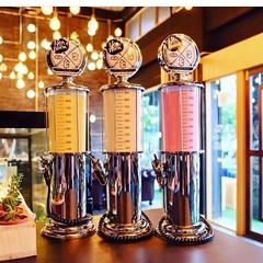 ปั๊มเบียร์ 1 ลิตร Bar Butler Liquor Pump ถังเบียร์ทรงแกลลอนน้ำมัน มีไว้สำหรับใส่เบียร์หรือเหล้า  ขนาดบรรจุ 1 ลิตร  รูปทรงสวยงามเหมือนแกลลอนน้ำมันที่อยู่ตามปั้มต่างเมืองในต่างประเทศ  ที่มีหัวจ่ายเป็นที่ฉีดสำหรับเติมเครื่องดื่มใส่แก้ว  สวยงามน่าสะสมเป็นอย่า