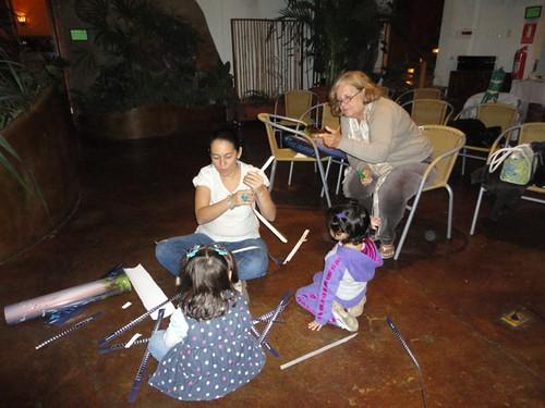 Recortando en familia durante la presentación del Lunario en Tin Jo
