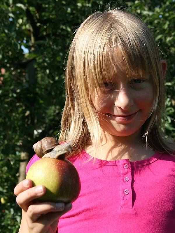 Kirschblütenhof - Kind mit Schnecke