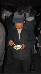 Uno spuntino veloce... (Fabio Bianchi 83) Tags: china people food asia fastfood beijing fast persone cina veloce pechino spuntino