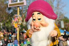 A Christmas Fantasy (heytherejere) Tags: disneyland disney parade sleepy snowwhiteandthesevendwarfs disneycharacters disneycastmembers disneyparks achristmasfantasy santasfinale