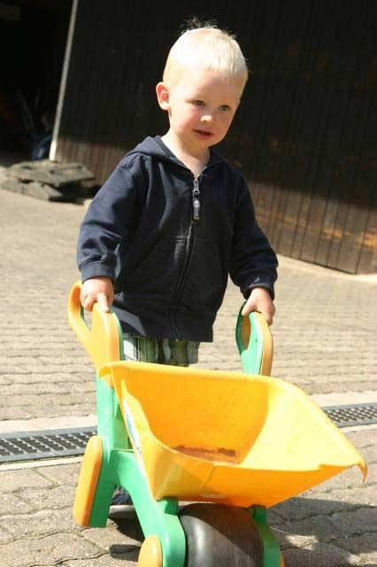 Kastanienhof Selz - Junge mit Schubkarre