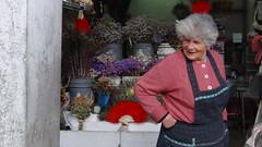 Portuguesa (aidafis) Tags: flores flower portugal colors october sony feathers colores oldwoman octubre mirada portuguese oporto portuguesa plumas señora dependienta mercadodobolhao