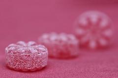 Himbeerbonbons auf sonnengebleichten Sitzkitzen (Nitekite) Tags: red macro canon explore sweets monochrom makro zucker colorphotoaward macromondays ssigkeiten himbeerbonbons nitekite