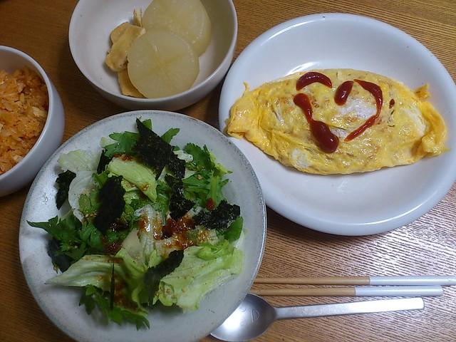 【今日の夕げ.オムライス、春菊サラダ、大根と揚げの煮物】の写真