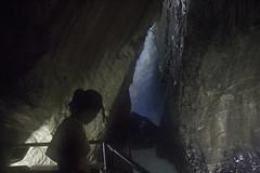 Trummelbachfalle - Carolina Kina vendo cachoeira de dentro da grut (CartasemPortador) Tags: bern lauterbrunnen cachoeira quedas interlaken dgua trmmelbach trmmelbachflle