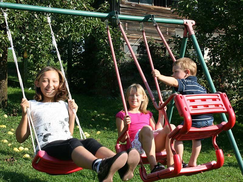 Kirschblütenhof - Kinder auf der Schaukel