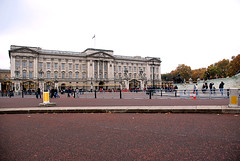 370 -  Buckingham Palace, London, UK - 2011. (John Mac 2011 UK) Tags: westminsterabbey stpauls housesofparliament bigben buckinghampalace maureen themall scona theembankment thedianaprincessofwalesmemorialwalk johnmac fid stjamesroyalpark johnmacslondon2011