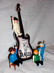 Playmobils Beatleros (RoadRunner's) Tags: harrison guitarra colores casio beatles something playmobils