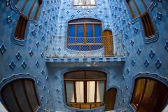 Casa Battl - Barcelona (Muratodentro [ Luca Renoldi ]) Tags: barcelona blue windows sculpture detail architecture nikon blu mosaico architectural architect gaudi architettura barcellona mosaici casabattl mosaicartsource
