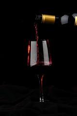 vinum effundum (Michael Heribert) Tags: vine wein rotwein vinum weinglas eingiesen effundum