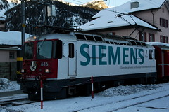 RhB Lokomotive Ge 4/4 II 616 mit Taufname Filisur mit Werbung fr Siemens in Pontresina im Engadin im Kanton Graubnden in der Schweiz (chrchr_75) Tags: mountains alps train de tren schweiz switzerland suisse swiss eisenbahn railway zug berge locomotive alpen christoph svizzera bahn 1201 treno chemin centralstation fer 2012 locomotora tog juna lokomotive lok ferrovia rhb bergbahn spoorweg rhtische suissa graubnden grisons locomotiva lokomotiv ferroviaria  locomotief kanton  rautatie schmalspur  grigioni janaur grischun bahnen zoug trainen retica viafier  hurni kantongraubnden meterspur hurni120115 albumgraubnden chriguhurnibluemailch albumrhtischebahn