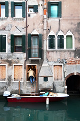 burglary season in venice (pschmutz) Tags: italien venice italy boat craftsman venedig burglary umzug backdoor einbruch hintertre
