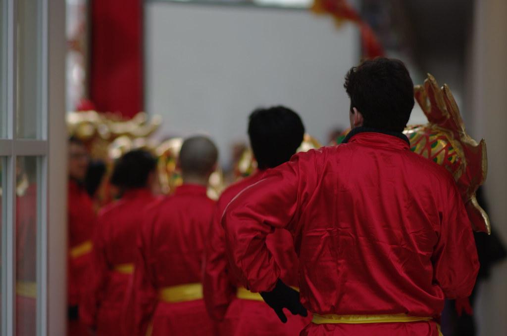 waiting dragon dancers, Chinees nieuwjaar in Den Haag