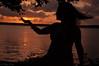 Qualquer um pega o sol com a mão (DeyseCruz) Tags: sunset portrait penelopeumbrico