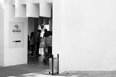 So Paulo, a cidade fila (renanluna) Tags: light blackandwhite luz brasil museum garbage museu fuji shadows br sopaulo line exposition sp contraste entrada fujifilm 55 mis pretoebranco sombras monocromia fila 011 entrace exposio contrat lixeira kubrik 23mm renanluna fujifilmx100 exposiokubrick