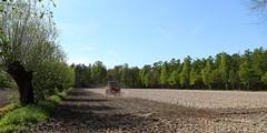 Op z'n dooie akkertje (Wim Zoeteman) Tags: tractor spring may mei lente achterhoek dehaar eg trekker voorjaar 2016 akker knotwilg eggen knotwilgen