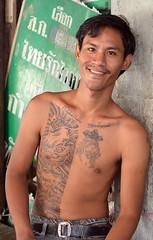 smiling tattooed guy (the foreign photographer - ) Tags: man guy smiling portraits thailand nikon bangkok young lard bang bua tattooed khlong bangkhen d3200 phrao may72016nikon