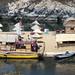 Barca totora accanto alla Isla Flotante