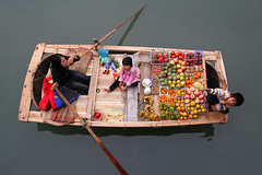 Floating market at the Halong bay (vnh H Long) in Vietnam (Bertrand Linet) Tags: fruits kids boat market vietnam floatingmarket halong halongbay fruitmarket  northvietnam vnhhlong bertrandlinet halongbaymarket