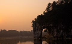 Elephant Trunk Hill on the morning (Francesco Muratori) Tags: china liriver guilin cina 桂林 象鼻山 elephanttrunkhill fiumeli lijangriver lacollinadellaproboscidedellelefante