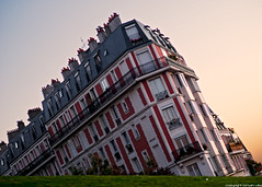 Butte Montmartre - Paris (romvi) Tags: light paris france building architecture sunrise nikon europe haussmann f14 85mm amanecer villa arrondissement romain immeuble batiment diagonale lumire levdesoleil buttemontmartre haussmannien samyang 18me d700 romainvilla romvi samyang85mmf14