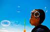 (El grito líquido) Tags: azul juegos niños perú sueños vida cielos hermoso infancia arequipa detalles pompasdejabón frágil burbujas fantasía entusiasmo ilusión lúdico creación frágiles realismomaravilloso