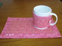 Mug rug (Zion Artes por Silvana Dias) Tags: café quilt botão patchwork cozinha caneca xícara chá mugrug tapetedecaneca zionartes