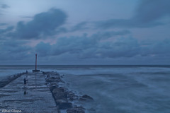 Cuchia 1 (@lber Olano Andres) Tags: muro blanco nova azul canon de faro persona luces mar rojo sombra playa 200 rincones nubes 7d grupo 100 70 nocturnas barrio f28 rocas 1022 cantabria pesquero escollera 2470 bombillas cuchia