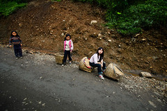 车窗外的孩子-02 (Zhou Mingjia) Tags: china mountain portraits children farmers photojournalism farmer 中国 yunnan press 人物 villager 纪实摄影 云南 孩子 农民 documentaryphotography 昭通 pressphotography zhaotong 新闻摄影