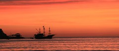 Jack Sparow Lifestyle (guiceccatto) Tags: santa sea sky orange sol praia beach sunrise boat mar do barco ship laranja silhouete cu shore pirate catarina pirata navio itapema nascer nascerdosol silhueta