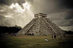 El Castillo @ Chichn Itz / Mexico (UNESCO world heritage) (Maria_Globetrotter) Tags: world heritage mexico december day pyramid cloudy awesome yucatan unesco chichenitza yucatn vignetting sunbeam sunray chichnitz marias worldheritage elcastillo 2011 wondersoftheworld 550d new7wonders armindoerr
