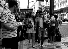 Mad with the rest of the world / Locos con el resto del mundo (Claudio.Ar) Tags: street city people bw woman men topf25 argentina subway buenosaires candid sony ciudad dsc h9 claudioar claudiomufarrege
