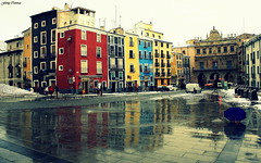 Reflejos, paraguas y quitanieves... (Ferny Carreras) Tags: plaza city windows espaa snow colors umbrella square spain nieve cities ciudad colores unesco ventanas ciudades townhall plazamayor casas paraguas cuenca snowplow reflejos ayuntamiento reflects humanidad patrimonio castillalamancha patrimoniodelahumanidad quitanieves oltusfotos flickraward