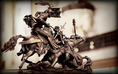 Xeque-mate (pmenge) Tags: dof cavalo duelo armaduras luta estatuetas frenteafrente 5dii