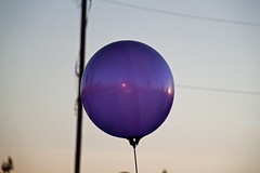 Sunshine Balloon (gute_laune) Tags: street city light sunset urban usa sun art america vintage flying sonnenuntergang purple united balloon ground helium states amerika reflextion boden fliegen leicht strase lilasonne