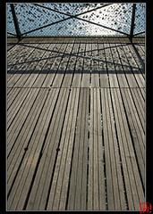 Un pont de bois (mamnic47 - Over 5 millions views.Thks!) Tags: paris cadenas ombre bois pontdesarts laseine passerelle img1912