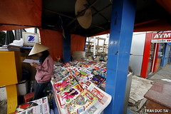 8MM PROJECT - LOCAL NEWSSTAND (Tran Duc Tai) Tags: canon eos citylife documentary sigma vietnam 7d newsstand vendor dailylife dalat 8mm ultrawide seller 16x9 extremewide 816mm earthasia tranductai