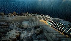 Bajando al mar (candi...) Tags: sol mar escalera rocas airelibre baranda ametllademar sonya77