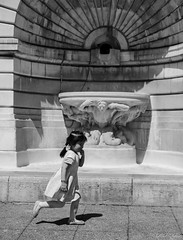 La fontaine (LACPIXEL) Tags: life street urban blackandwhite paris france blancoynegro fountain outside town calle nikon flickr child noiretblanc fuente ciudad run notredame vida urbano capitale fx rue enfant nino fontaine ville vie correr afuera urbain dehors courir d4s nikonfrance lacpixel