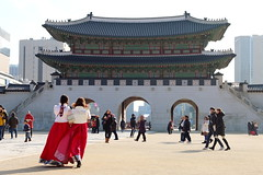 (lilasyuri) Tags: voyage city winter girls monument colors beauty asian town scenery asia cityscape colours hiver traditional palace korea korean beaut seoul palais historical hanbok asie moment printemps ville core coren gyeongbok soul gyeonbokgung