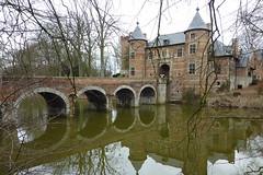 Poortgebouw kasteel Groot-Bijgaarden (Luc.T) Tags: castles belgi brabant palaces cottages statelyhomes manorhouses assezellik castlespalacesmanorhousesstatelyhomescottages