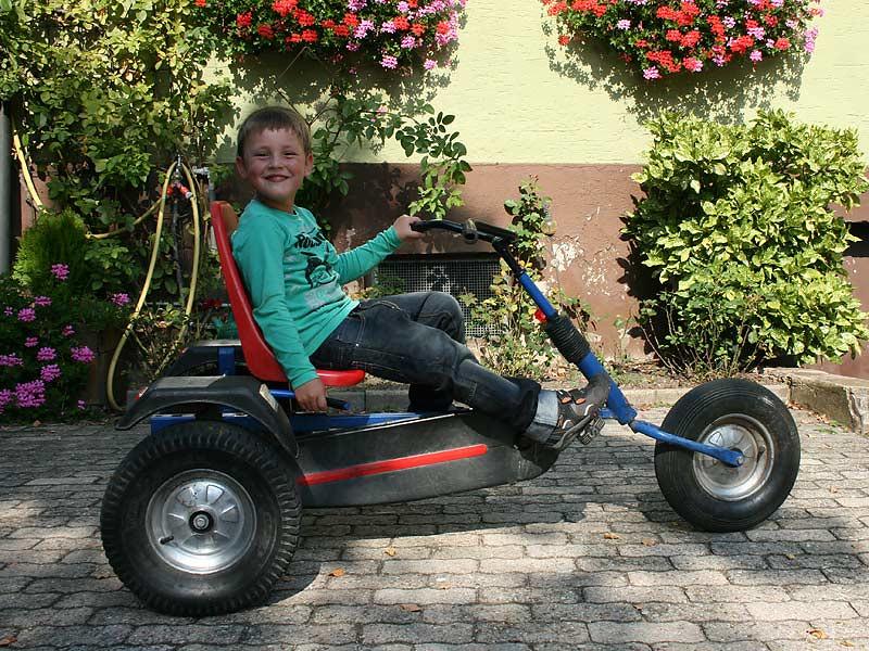 Noudlsberger Hof - Junge auf dem Kettcar